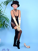 Glamorous Petra Lily So in satin corset, gloves and knee-socks knows how to.. - Moms Lingerie